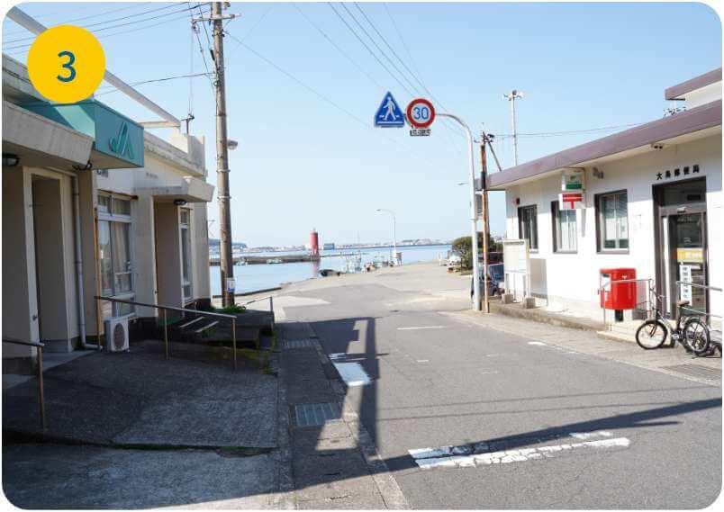 道なりに坂を下ると右手に郵便局と駐在所のある大島港に出ます。港の左一番奥まで進むと「大裕丸」の看板が見えます。